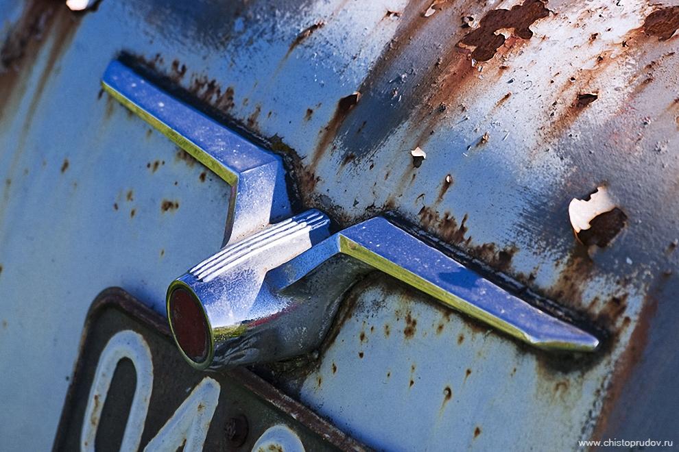 34) Декоративные элементы «Москвича-407» на крышке багажника.