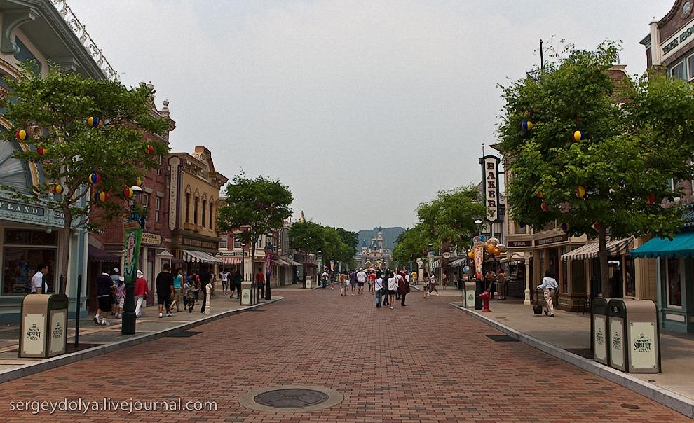 5) От входа в парк ведет длинная аллея, застроенная сувенирными магазинами.