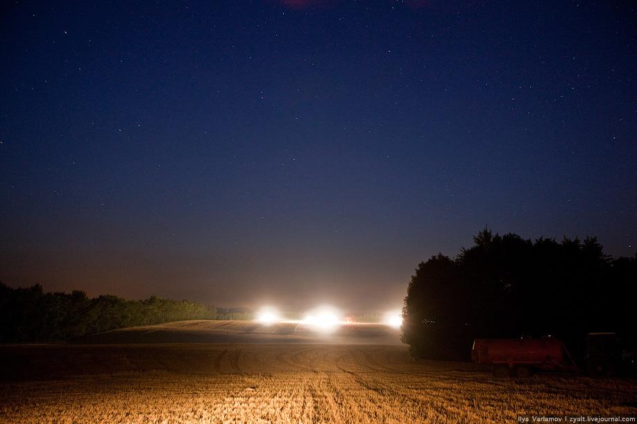 31) Комбайны и тяжелая медленная техника ночует прямо на полях под наблюдением охранников.