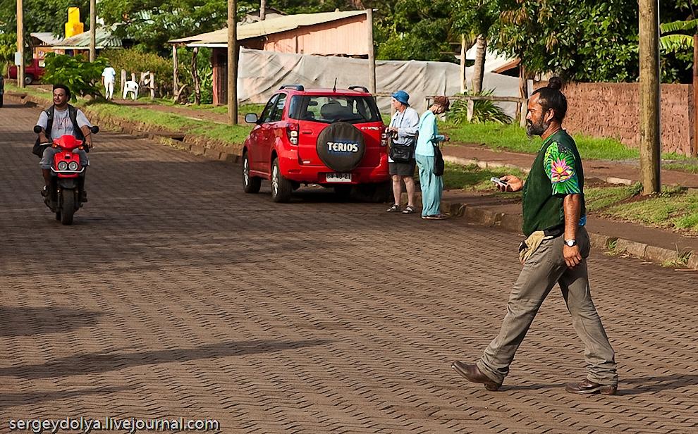 50) Полинезийцы красят свои волосы рыжей охрой и любят собирать их в вертикальную косичку. Отсюда и пошел цвет и форма этих шляп. Обратите внимание на косичку этого аборигена.