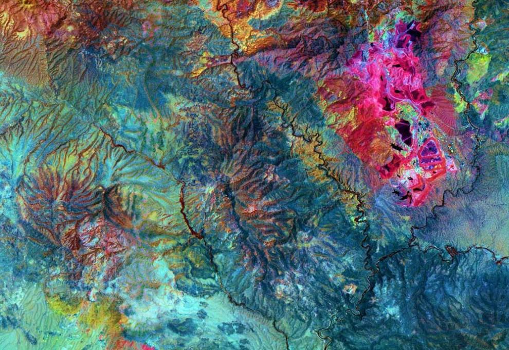 5. На Земле около 4 000 известных минералов. Около 200 из них представляют для человека особую важность. Наверху: для этого снимка карьера шахты меди Моренси в южно-восточной Аризоне были использованы инфракрасные лучи. Ярко-розовые области указывают на залежи меди. U.S. / Japan ASTER Science Team / NASA).