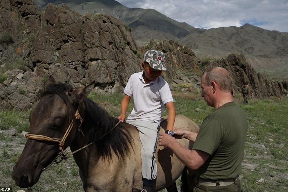 6) Через некоторое время чабан представил Путину своих дочерей и сына. А также попытался подарить лошадь - бери, мол, мил человек, для тебя ничего не жалко. Путин от столь щедрого подарка, видимо, отказался, но подарил сыну пастуха часы, которые снял со своей руки, а самому хозяину - свой охотничий нож.