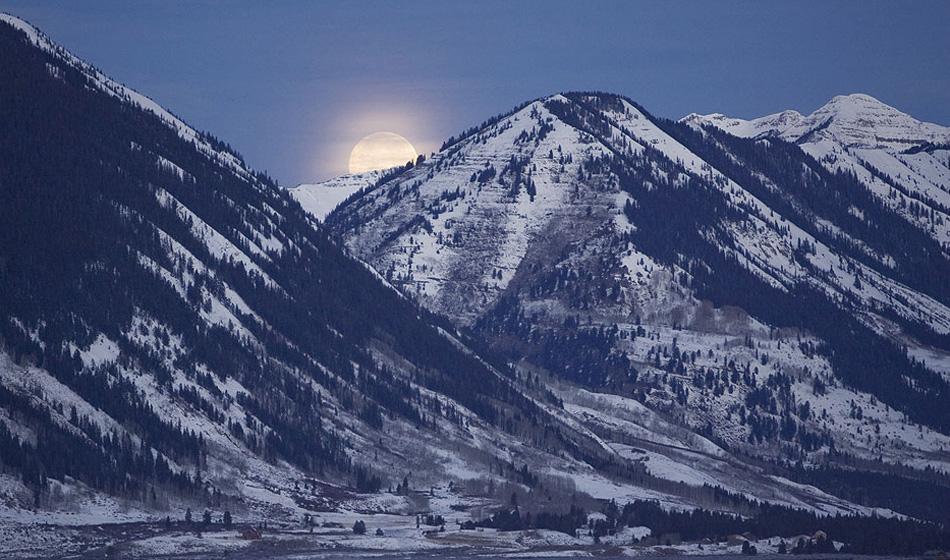 5) Полная луна садится за горной цепью Уэст Элк недалеко от Крестид Бьют, Колорадо, в пятницу 12 декабря 2008 года. Остальная часть этого снимка подскажет, почему это полнолуние называется Холодной Луной: 12 декабря Национальная метеорологическая служба предупредила жителей западного Колорадо о снежной буре, ожидаемой на выходных, с сильным холодным фронтом, снегопадом и порывистым ветром. Брррр. . (Nathan Bilow, AP)