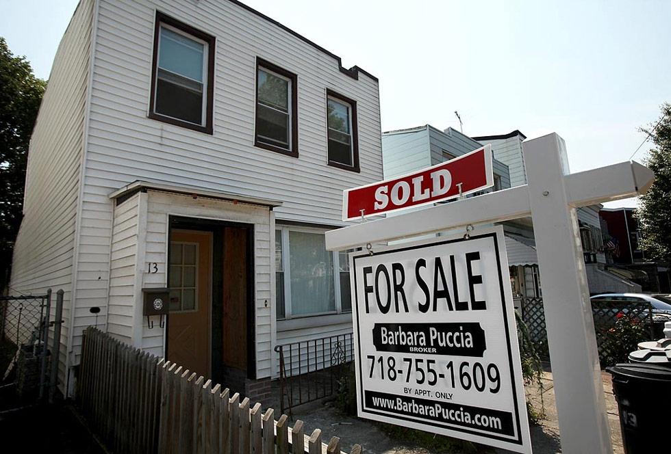 5. Департамент Торговли объявил, что в июне резко возрос уровень продаж новых домов, это уже третий подъем подряд. Продажи односемейных домов увеличились до 11%, что составило  на 384 000 дома больше по сравнению с предыдущим месяцем. (Spencer Platt/Getty Images)