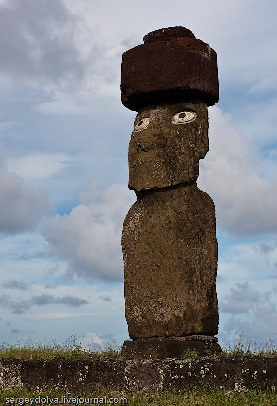 """51) Единственный """"зрячий"""" истукан. Очень глубокие глазницы пасхальных скульптур объясняются тем, что раньше в них была коралловая масса и они выглядели как живые. Со временем, она выпала и все Моаи ослепли. Этот же реставрировали до первоначального вида."""
