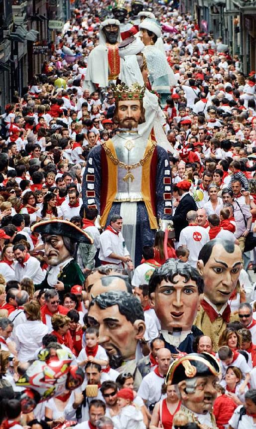 14) «Парад гигантов и огромных голов» является частью фестиваля в честь святого Фермина, празднуемого в Памплоне, Испания, 7 июля. Впервые прошедший в 1591 году, этот фестиваль привлекает десятки тысяч иностранных туристов каждый год своими пирушками, утренними гонками с быками и последующей за ней корридой. (Daniel Ochoa de Olza/AP)
