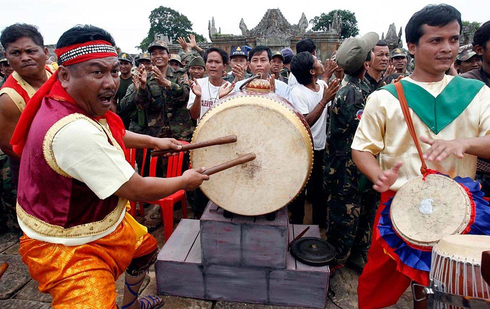 15) Камбоджийские барабанщики празднуют годовщину внесения ЮНЕСКО индуистского храма Преа Вихеар в Список мирового наследия 7 июля. (Chor Sokunthea/Reuters)