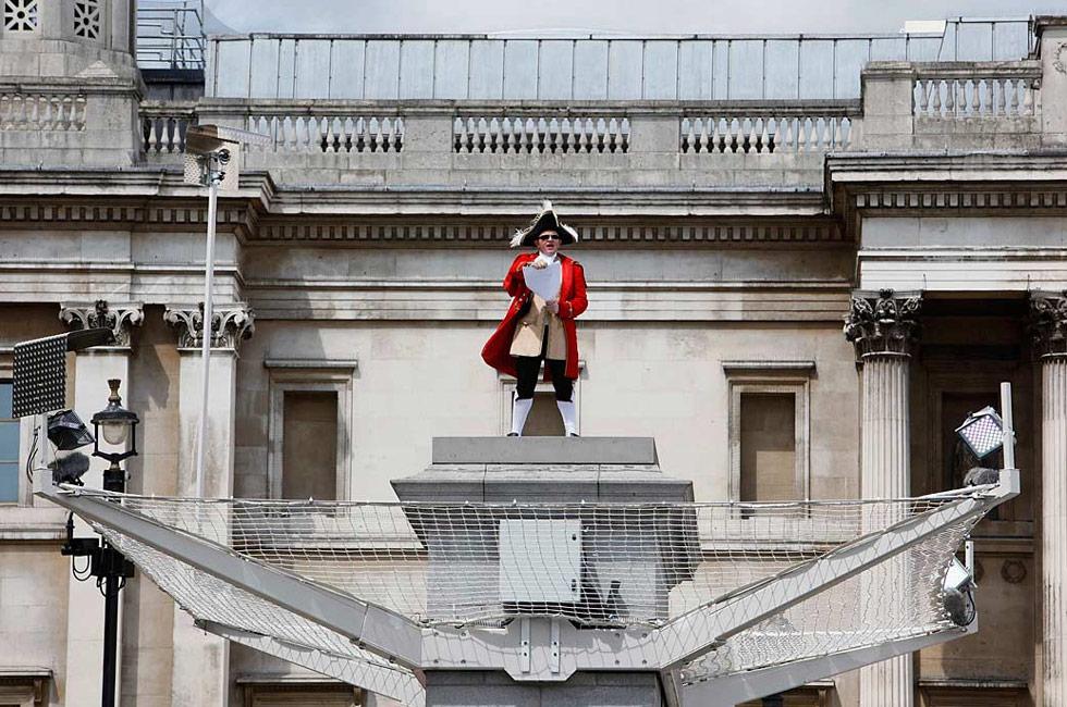 19) Скотт Иллман в костюме глашатая участвует в фотосессии скульптора Энтони Гормли «Один и другой» на четвертом постаменте на Трафальгарской площади в Лондоне 6 июля. Построенный в 1841 году и первоначально задумывавшийся как конная статуя, Четвертый Постамент теперь является местом заседания особой комиссии по произведениям искусства. В коллекции Гормли «Один и другой» разные люди будут стоять на постаменте часа 24 часа в сутки в течение 100 дней без перерыва. (Wermuth/Reuters)