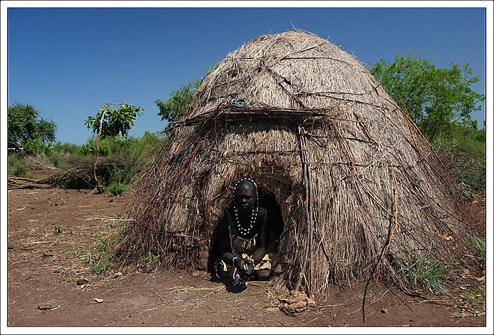 5) Мурси относятся к нило – сахарской лингвистической группе. Их можно отнести к большой этнической группе сурма, от которой они отделились и поселились восточнее меду реками Омо и Маго. К западу от племени мурси находится племя сурма, на востоке обитают люди из племени ари, каро на юге, и боди на севере.