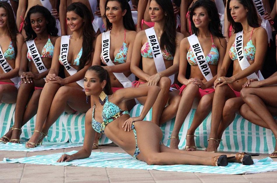 6. Мисс Вселенная 2008 Дайана Мендоса (впереди) позирует с участницами конкурса «Мисс Вселенная 2009» для официального снимка в купальниках на курорте Атлантис, остров Парадиз, Багамы, 14 августа. (Tim Aylen, AP)