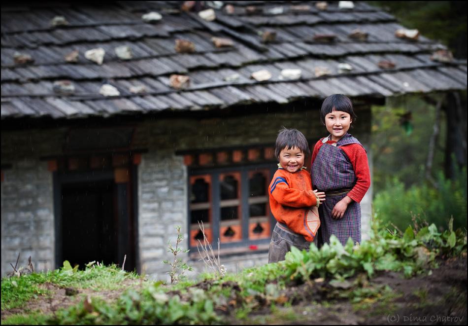 Высокий уровень жизни проявляется даже в мелочах. Полное отсутствие преступности и нищеты. Абсолютное покрытие мобильной и 3G-связью, электрофикация, телевидение. Кстати, не верьте Пелевину, телевидение в Бутане разрешено, разве что в сетке вещания нет новостных каналов, MTV и телепузиков.