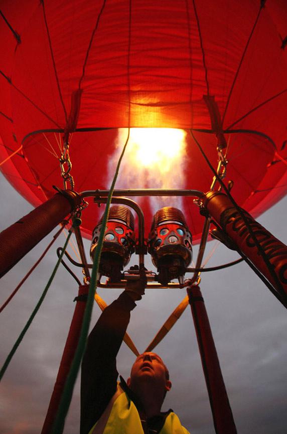 7. Воздушные шары готовятся к запуску на полосе Бристольского Международного аэропорта на восходе солнца 12 июня. Летний праздник воздушных шаров в Бристоле, проходит с 6 по 9 августа и привлекает внимание более полумиллиона зрителей со всей Великобритании и из-за границы. (Matt Cardy, Getty Images)