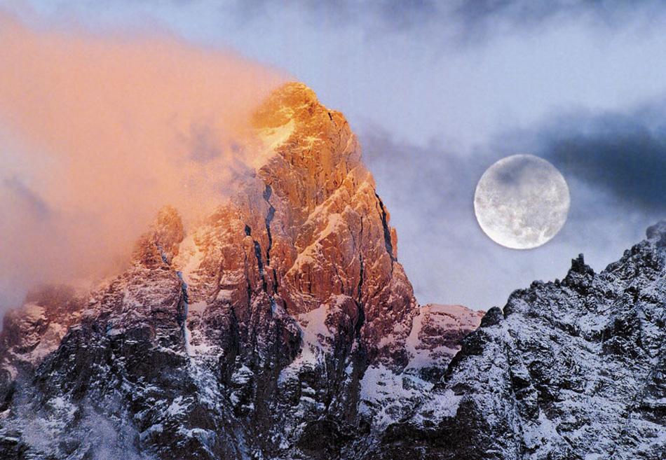 7) Луна садится на рассвете на горе Тетон в национальном парке Гранд Тетон, Вайоминг. Так как февраль часто ассоциируется с крупным снегопадом, племена коренных северных и восточных индейцев назвали февральскую луну Полной Снежной Луной. (Jackson Hole/ Jonathan Adams, AP)
