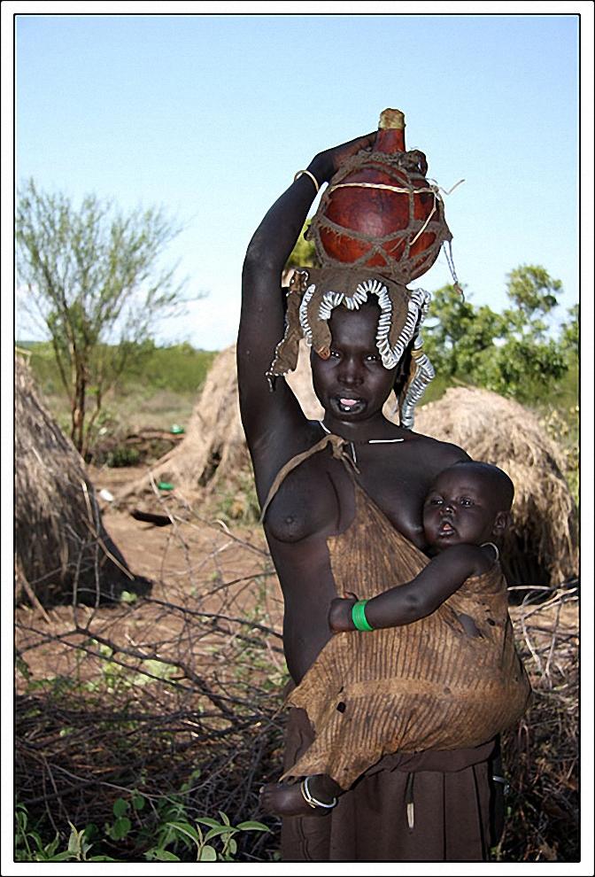 6) Всего племя мурси насчитывает 6 тыс. людей. Занимаются они выращиванием сорго, а также производством меда. Также люди из племени мурси охотятся, но после того, как место из обитания стало национальным парком, делать это стало сложнее. Территория, на которой проживает племя поделена на пять частей, каждая из которых тянется с востока на запад, включая берега рек Омо и Маго, на которых они выращивают различные злаковые культуры. Также в племени разводят скот – коров, овец. Они питаются не только молоком животных, но и их кровью. Наиболее, пожалуй, знаменитая особенность племени это традиция вставлять тарелки в губы девушкам. Впрочем, мурси в этом плане не уникальны. Другие племена, относящиеся к группе сурма, также практикуют такое необычно декорирование.