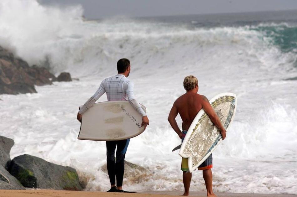12) Серферы смотрят на 4-метровую волну на пляже Уэдж в Ньюпорте, штат Калифорния, 24 июля 2009 года. (Lori Shepler, AP)