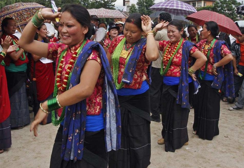 7. Непальские женщины в традиционных нарядах из сообщества Таманг исполняют танец во время съезда, символизирующего Международный день коренного населения в Катманду, Непал, 9 августа. (Binod Joshi, AP)