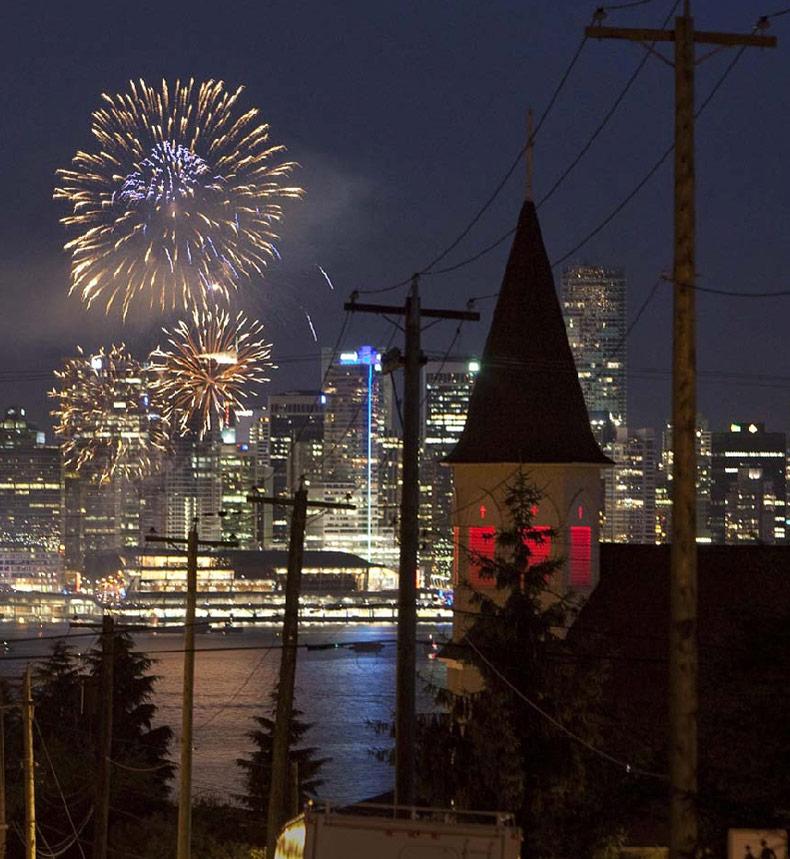 34) Салют на западном побережье Ванкувера, Британская Колумбия, во время празднования 142 дня рождения Канады 2 июля. (Andy Clark/Reuters)