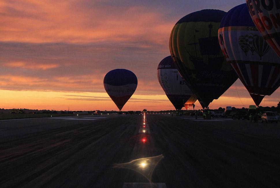 8. Воздушные шары выстроились в линию для взлета в Бристольском международном аэропорту 12 июня. (Matt Cardy, Getty Images)