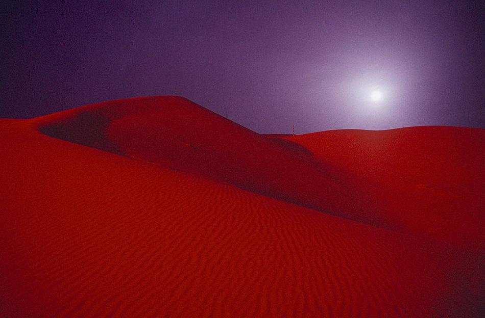 8) Полная луна над красной песочной пустыней за пределами нефтяного поля компании «Saudi Aramco» в Шайбахе в пустыне Руб-эль-Хали («пустая четверть») в марте 2003 года в Саудовской Аравии. Мартовская луна называется Луной червяков, потому что из-за повышения температуры и потепления земли, на ее поверхность начинают выползать земляные червяки, предвещая скорое появление малиновок. (Reza, Getty Images)