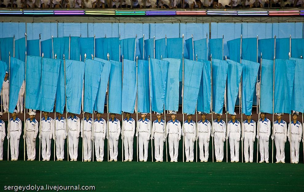 7) Все действо происходит в середине поля, которое обрамляют флагоносцы. Пока одни выступают, другие выходят и временно прячутся за их спинами.