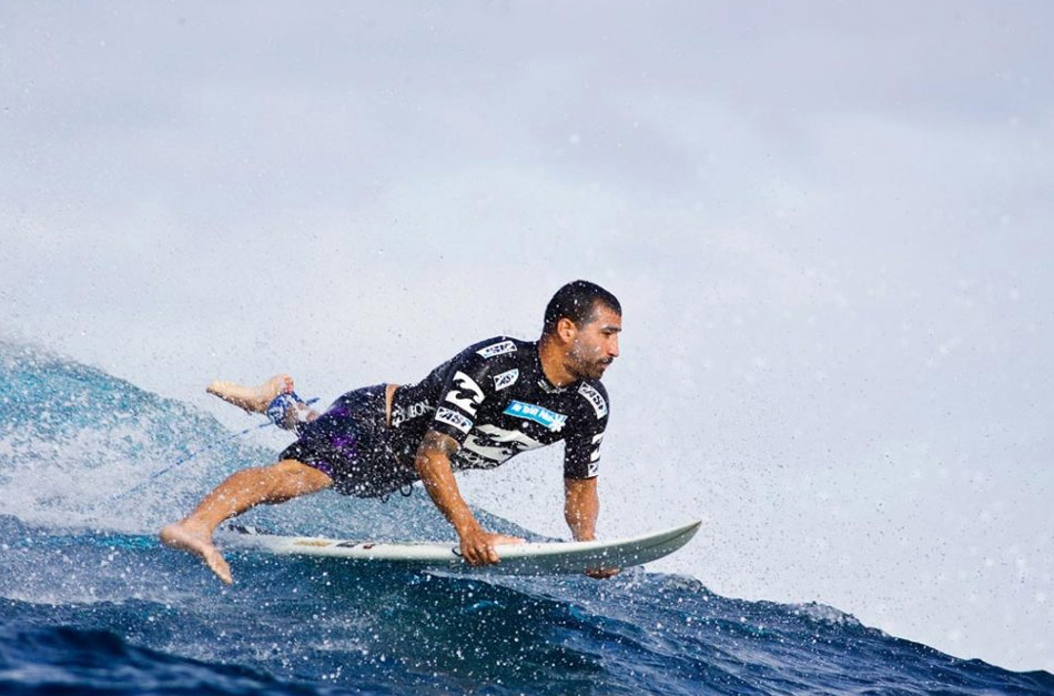 11) Бобби Мартинез из США сходит с гребня волны во время конкурса «Billabong Pro» Teahupoo 19 мая 2009 года в Тихупу, Французская Полинезия. (Kristin Scholtz, ASP/Getty Images)