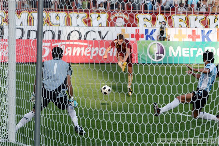 7) Семшов открывает счет и забивает свой первый гол за сборную России.