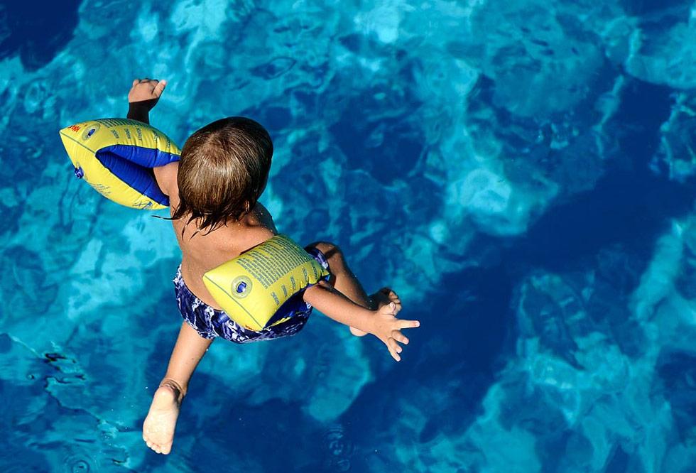 8. Маленький мальчик прыгает в общественный бассейн в Германии 27 июля.(Mark Keppler/AP)