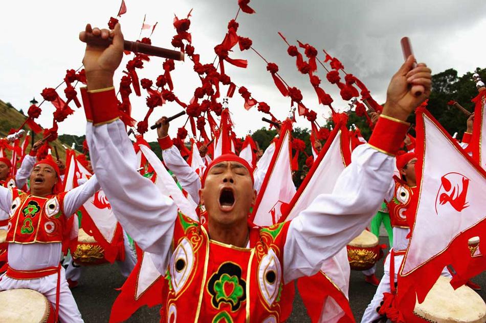 8. Культурный ансамбль Сиань из Китая принимает участие в фестивале Эдинбурга в парке Холируд в Эдинбурге, Шотландия, 9 августа. (Jeff J Mitchell, Getty Images)