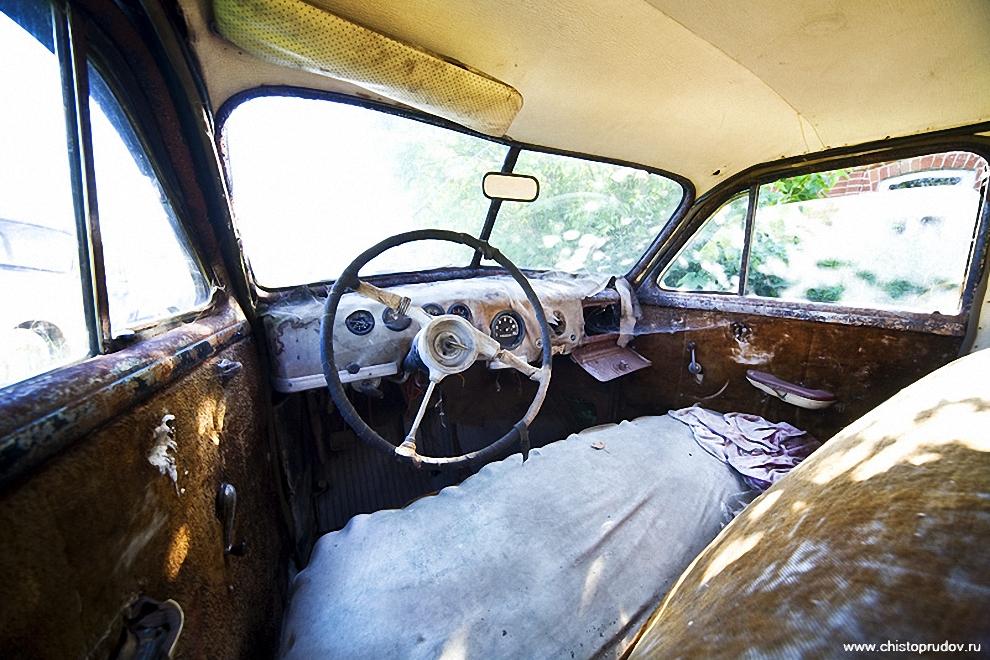 53) По состоянию салона видно, что машине уже 70 лет.