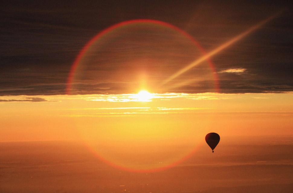 9. Только что взлетевший с Бристольского международного аэропорта шар летит к солнцу 12 июня.
