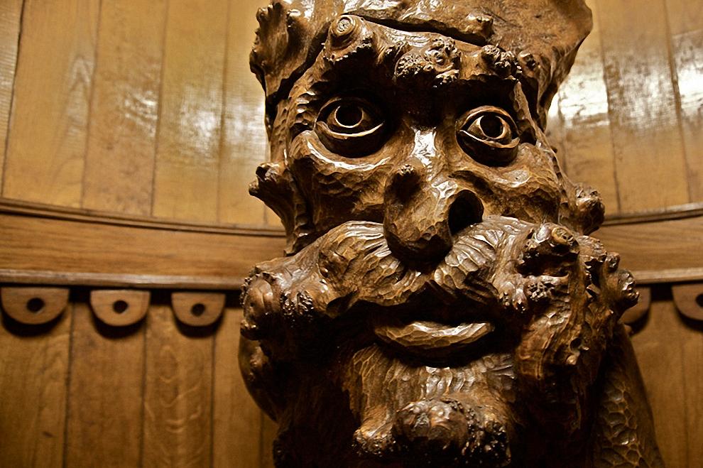 9) Деревянный винодел у входа в дегустационный зал.