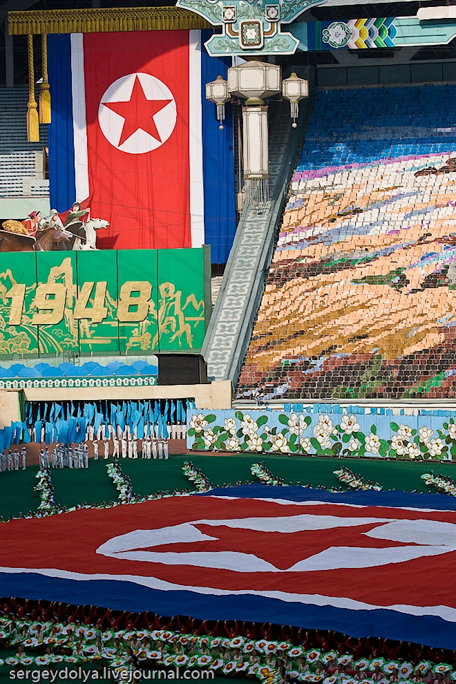 """8) Сначала """"собрали"""" из длинных лоскутов огромный флаг, больше половины футбольного поля."""