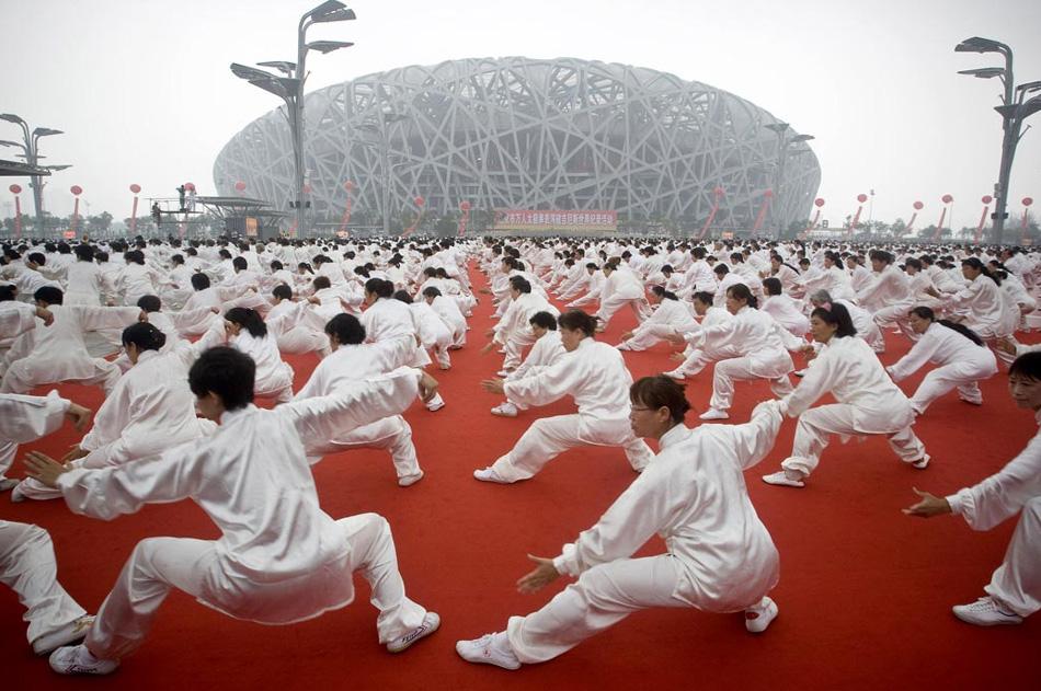 9. Десятки тысяч людей занимаются гимнастикой таи чи в честь годовщины открытия олимпийских игр в Пекине перед Китайским национальным стадионом в Пекине, Китай, 8 августа. (Alexander F. Yuan, AP)