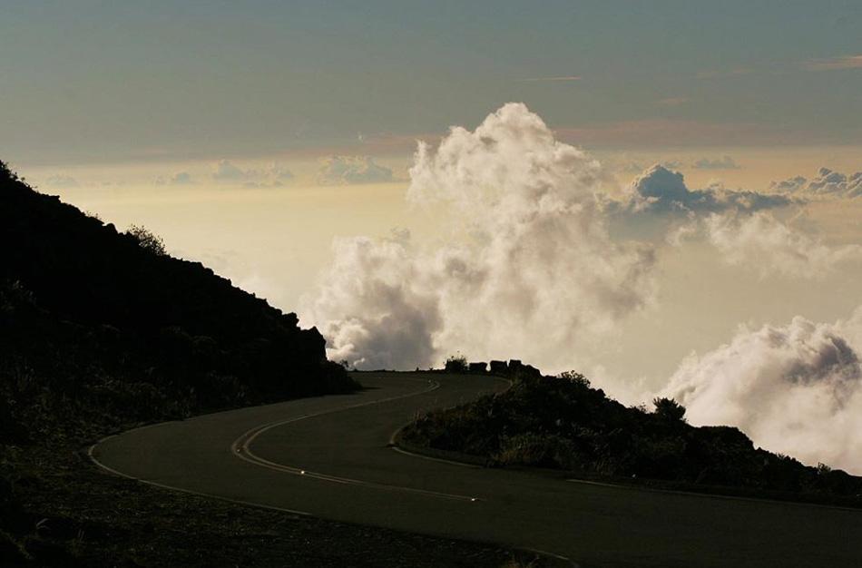 9. Проезд на вершину вулкана сам по себе особенный. Дорога длиной в 59,55 км извивается от уровня моря к самой верхушке, проходя через разные типы климатических поясов и флоры. В конце пути, на вершине вулкана климат похож на тундру. Это единственная дорога в мире, которая поднимается на 304 800 см на таком коротком расстоянии.