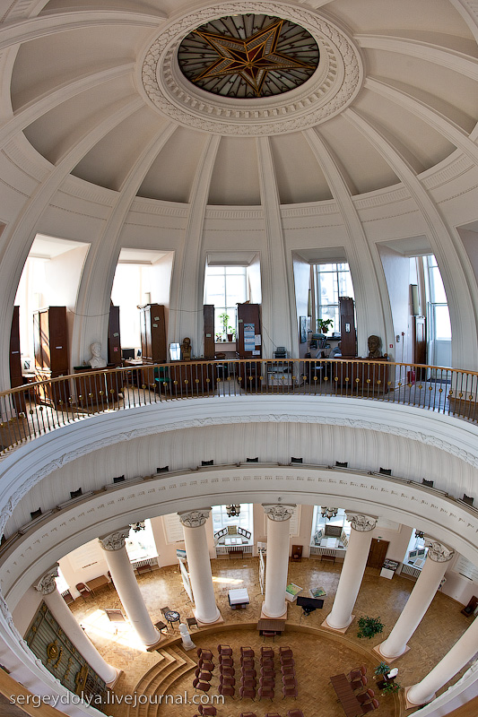 9) С внутреннего балкона был виден зал торжественных встреч.