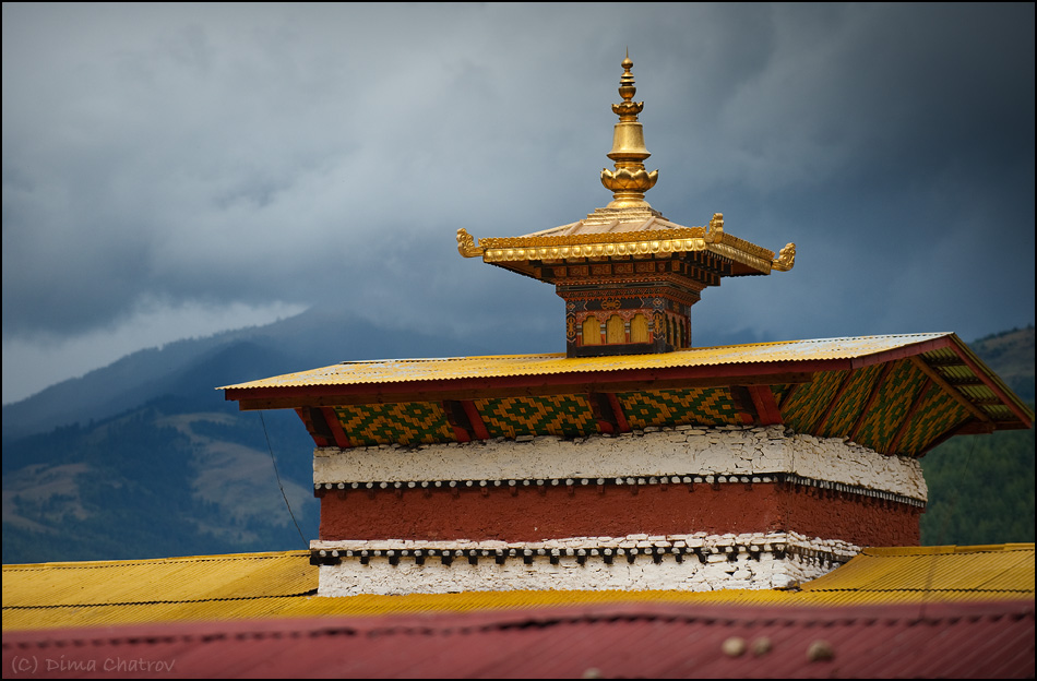 В Бутане насчитывается чуть более миллиона жителей. Иммиграция запрещена, а процедура получения вида на жительство по сложности не уступает Швейцарской. В стране много наемной силы, в основном выходцев из соседней Индии, но после истечения рабочей визы всех индусов отправляют обратно домой...