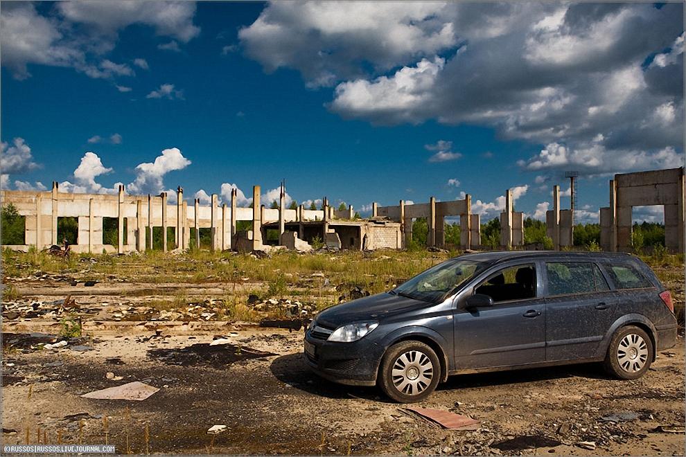 9) Автобаза КАЭС. Одно из немногих сооружений, которое успели построить. Сейчас разгромлено полностью.