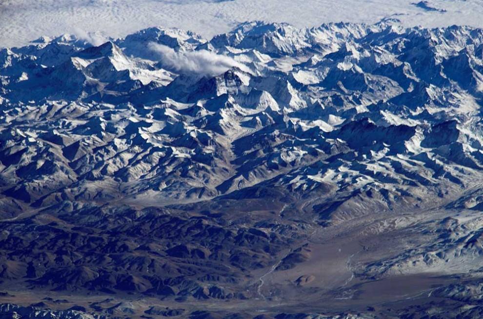 9. Взбираться по горам намного сложнее, чем спускаться на океанское дно, если смотреть на это со стороны гравитации. Притяжение Земли намного сильнее в горах, чем на плоской поверхности, а в океанских впадинах еще слабее. Наверху: гора Эверест в Гималаях. (NASA)