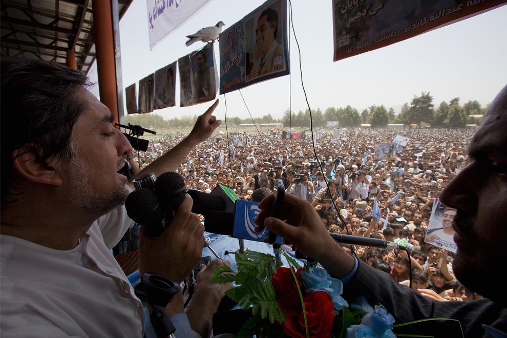 4. Кандидат в президенты Афганистана и бывший министр Иностранных дел доктор Абдулла Абдулла обращается к своим сторонникам во время предвыборной кампании в провинции Тахар 16 августа 2009 года в Талокане, Афганистан. (Daniel Berehulak/Getty Images)