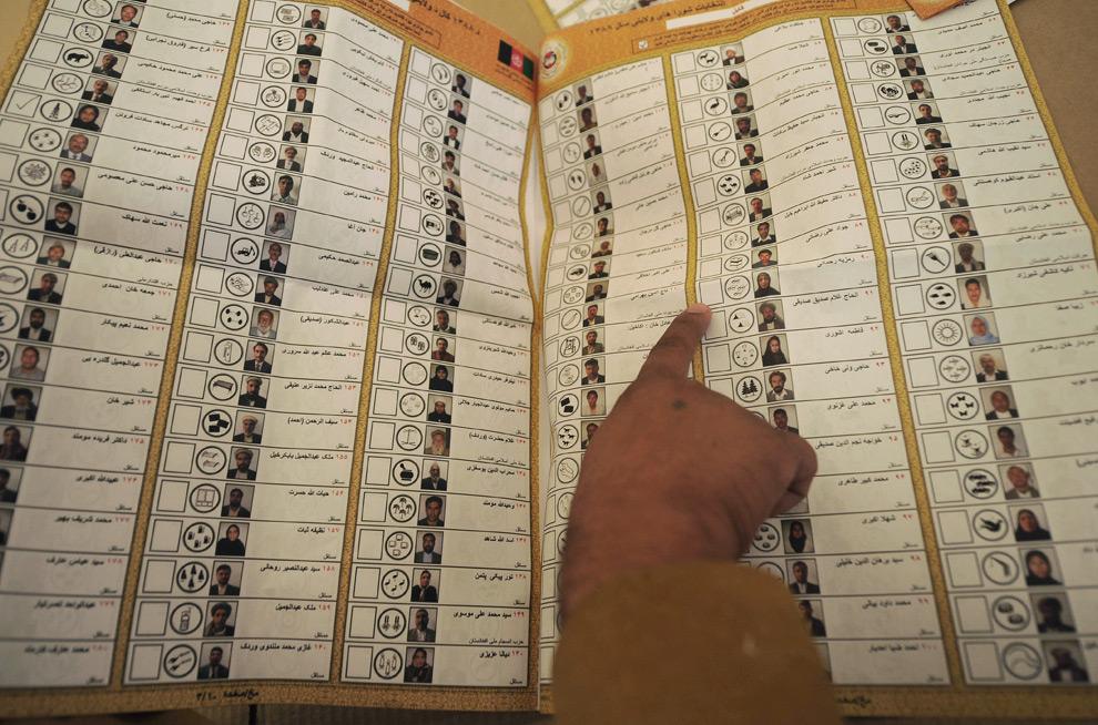 6. Работник афганской комиссии считает голоса на избирательном участке в Кабуле 21 августа 2009 года. Увидев множество незнакомых лиц среди кандидатов на выборах местных властей, афганцы признались, что выбор их был из трех человек: симпатичной девушки, телезвезды и почтенного мусульмана в тюрбане. Около 3 400 человек - от старых племенных вождей до молодых студентов (почти 10 из них – женщины) - выдвинули свои кандидатуры на посты местных властей в выборах, проводившихся параллельно с выборами президента 20 августа. (SHAH MARAI/AFP/Getty Images)