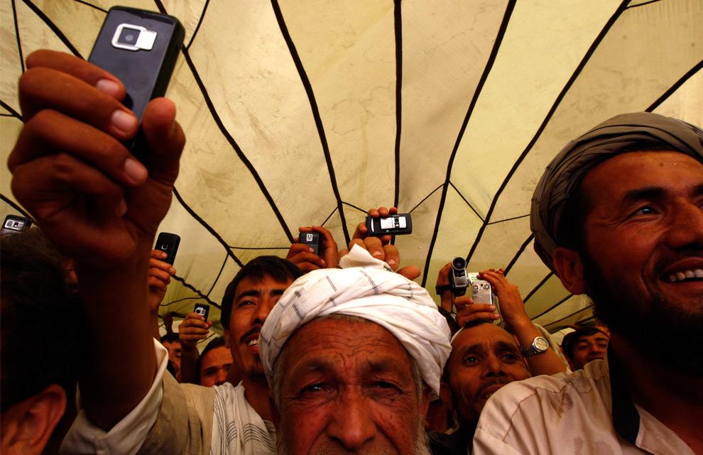 8. Сторонники кандидата в президенты Абдуллы Абдуллы снимают на телефоны его речь на дебатах в местечке Кокча, в северной провинции Тахар, 16 августа 2009 года. (REUTERS/Jonathon Burch)