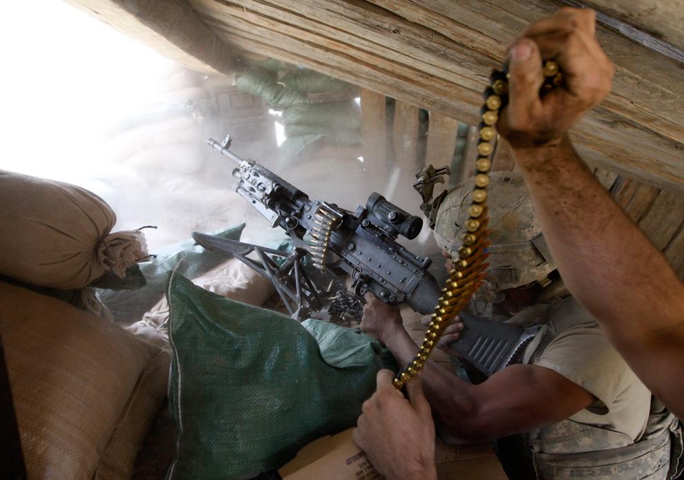 12. Американский солдат из разведывательной бригады 3-71 во время перестрелки с боевиками «Талибана» в деревне Баргематал, провинция Нуристан 25 августа 2009 года. (REUTERS/Oleg Popov)