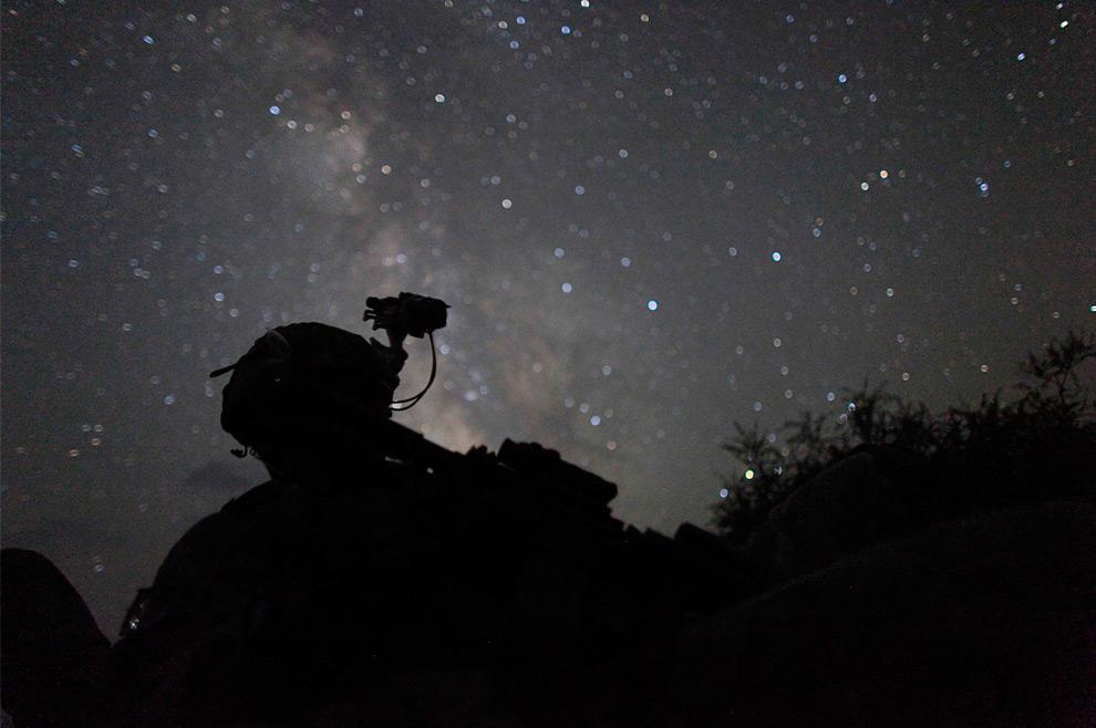14. Американский солдат из пехотного войска 2-12 4BCT-4ID отдыхает во время ночной операции недалеко от лагеря Мичиган в долине Пеш провинции Кунар 17 августа 2009 года. (REUTERS/Carlos Barria)