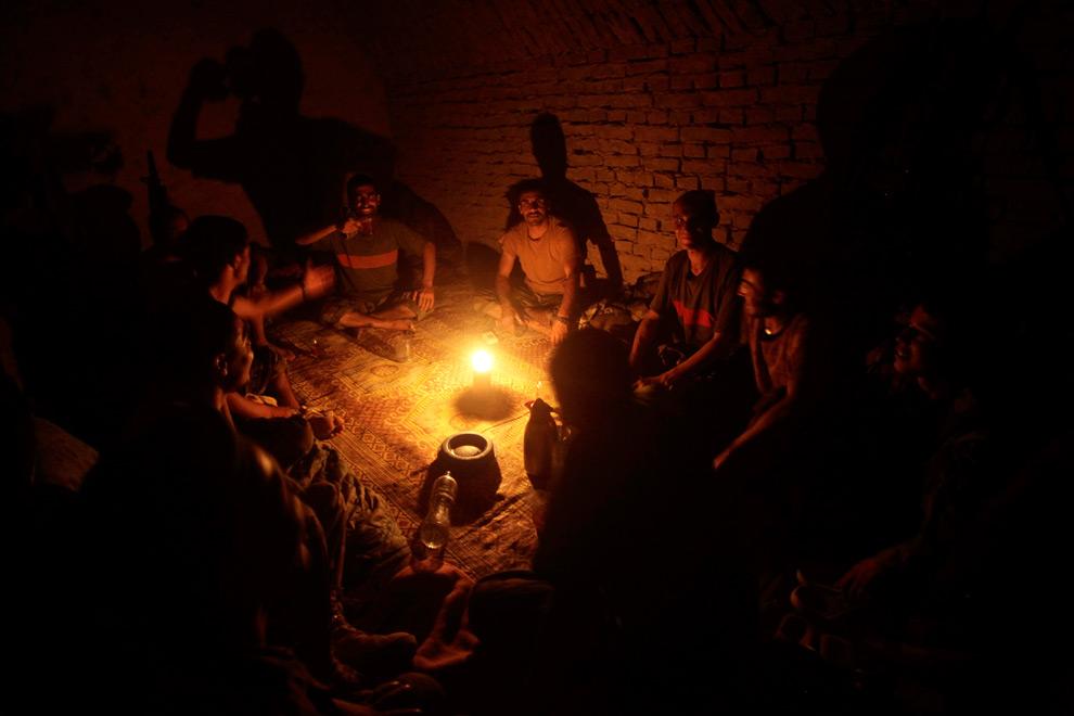 15. Солдаты Афганской Национальной Армии сидят, попивая чай и разговляясь во время Рамадана в деревне Даханех в провинции Гильменд, Афганистан, в четверг 27 августа 2009 года. (AP Photo/Julie Jacobson)