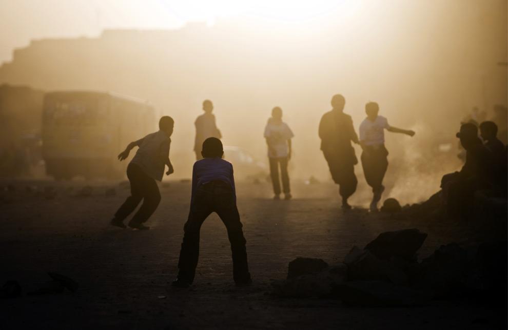 20. Афганские дети играют в футбол на закате в Кабуле 19 августа 2009 года, накануне президентских выборов. (PEDRO UGARTE/AFP/Getty Images)