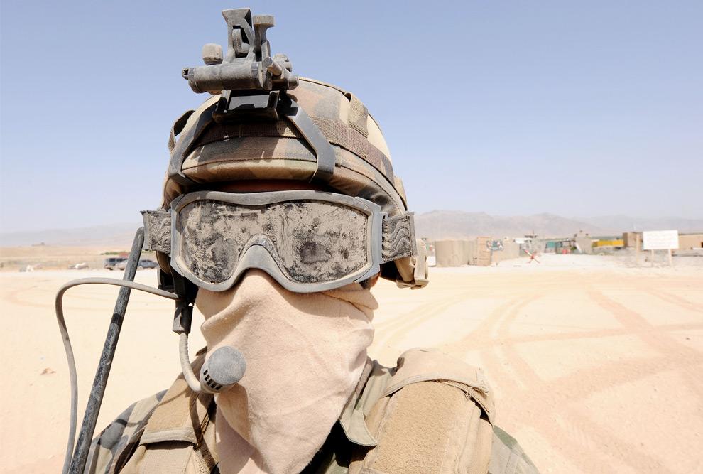 22. Французский солдат в каске и маске от пыли во время патрулирования в Дех Равод в южной провинции Афганистана Урузган 17 августа 2009 года. (PASCAL GUYOT/AFP/Getty Images)