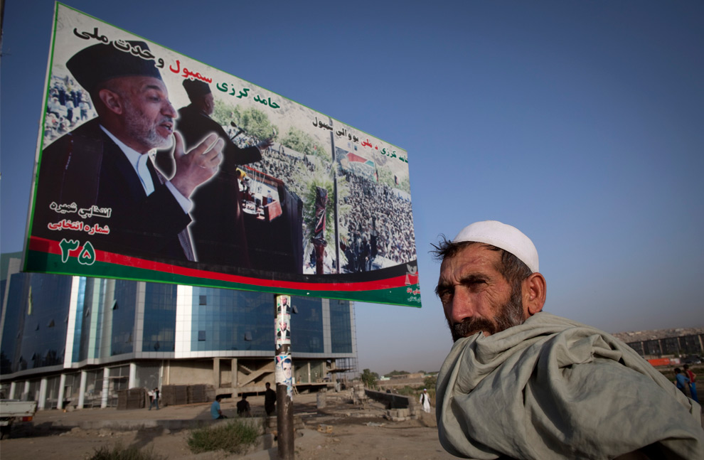 24. Афганец стоит перед рекламным щитом президента Хамида Карзая 27 августа 2009 года в Кабуле, Афганистан. (Paula Bronstein/Getty Images)