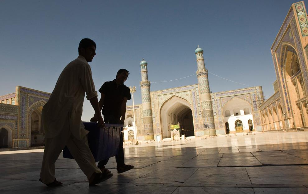 25. Афганцы несут необходимые для голосования материалы на избирательном участке в мечети Джаме в Герате на западе Афганистана 19 августа 2009 года. (REUTERS/Raheb Homavandi)