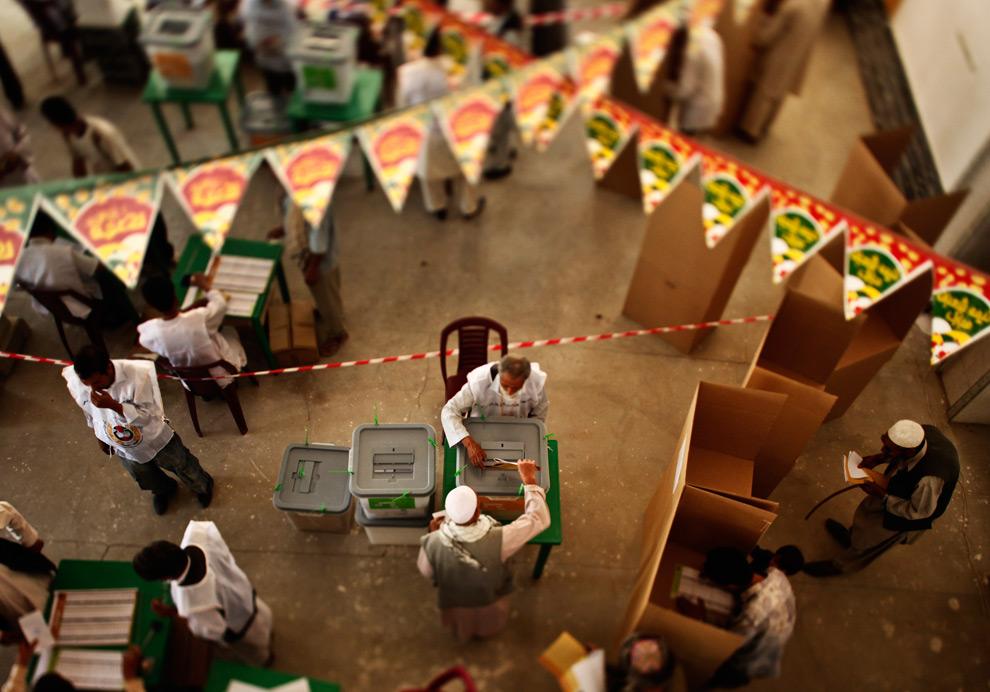 29. Люди бросают свои бюллетени на избирательном участке в Кабуле в четверг 20 августа 2009 года. (AP Photo/Dima Gavrysh) (AP Photo/Dima Gavrysh)