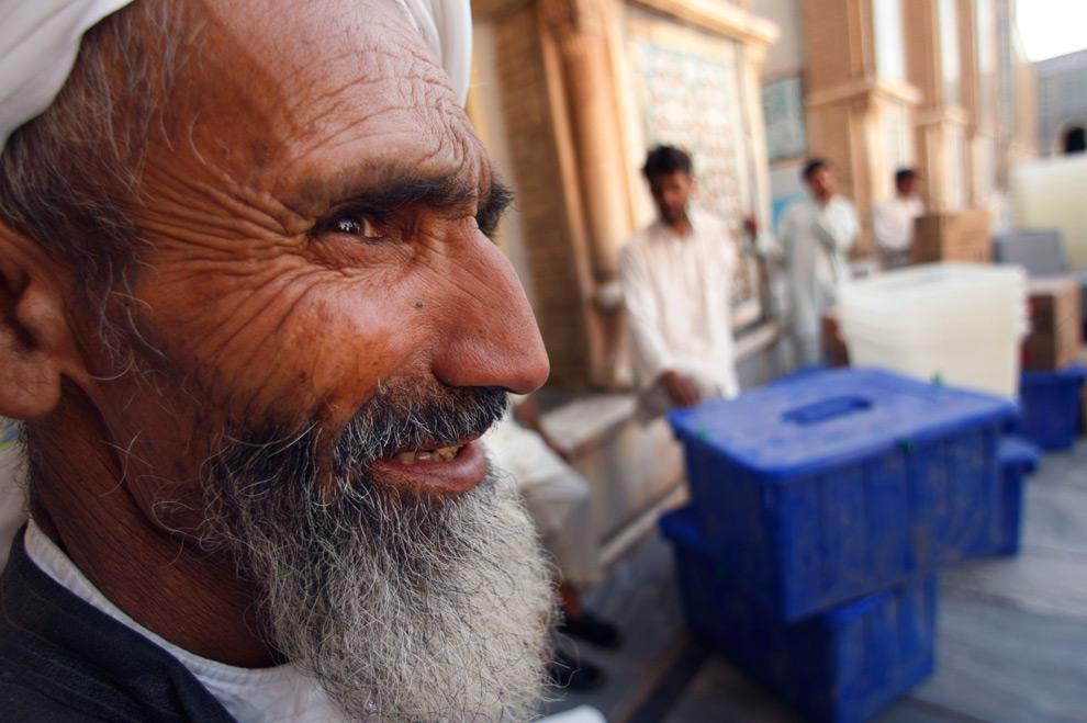 30. Абдул Хамид отдыхает, после того, как принес материалы для выборов в мечеть в Герате, в среду 19 августа 2009 года. (AP Photo/Saurabh Das)